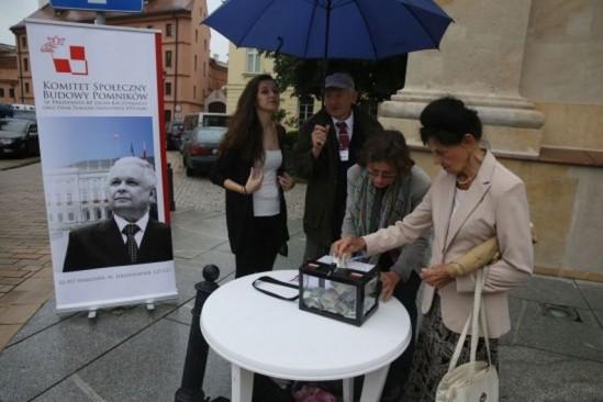 Zbiórka pieniędzy na pomniki smoleńskie przed Kościołem Seminaryjnym w Warszawie. Fot. Tomasz Gzell