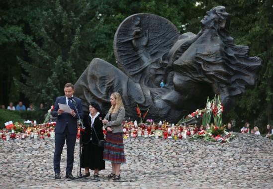 Prezydent Andrzej Duda oraz uczestniczka powstania warszawskiego, Wanda Traczyk-Stawska. Fot. Rafał Guz/PAP