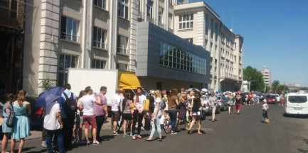 """Ogromne kolejki przed Fabryką Czekolady E.Wedla. """"Pierwsze osoby były o szóstej rano"""""""