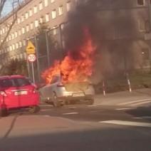 Pożar auta na warszawskiej Woli