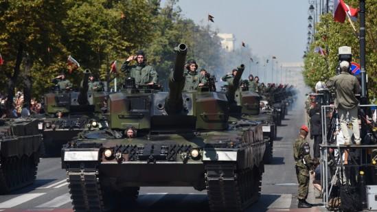 Tak wyglądała defilada Wojska Polskiego rok temu. Fot. Radek Pietruszka/PAP