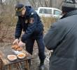 Strażnicy miejscy rozdają ciepłą zupę [ZDJĘCIA]