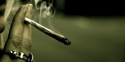Palili marihuanę na przystanku autobusowym