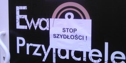 """""""Stop Szydłości"""". W nocy zniszczono witrynę lokalu """"Ewa i Przyjaciele"""""""