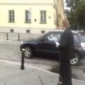 Poseł wjeżdża na parking przed budynkiem KGP