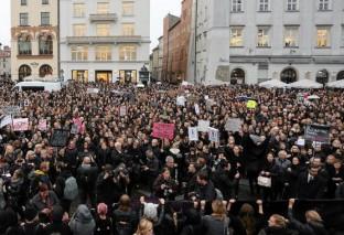 """Protest przeciwko totalitaryzmowi w Warszawie. """"Chcesz panować nad ludźmi - wystrasz ich, wskaż wroga"""""""