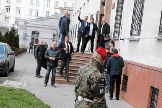 Donald Tusk tuż przed przesłuchaniem w kwietniu 2017 roku. (Agencja Gazeta, Fot: Sławomir Kamiński)
