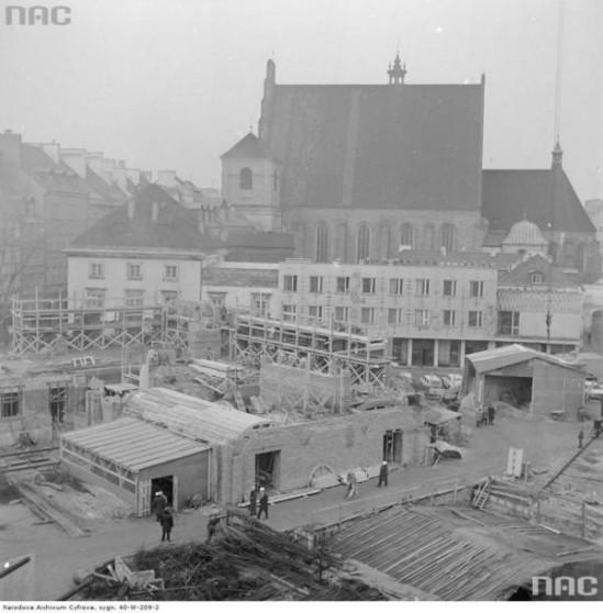 """Odbudowa Zamku Królewskiego w Warszawie i wieszanie """"wiechy"""" na odbudowanej części gotyckiej, 1973. Fot. NAC"""