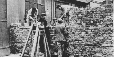 Dokumentował zbrodnie niemieckie. Skrzynię z dokumentami zakopał przy szkole na Woli