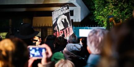 """""""Czarny Protest"""" przed domem Kaczyńskiego. """"Politycy, marsz z kaplicy!"""" [ZDJĘCIA]"""