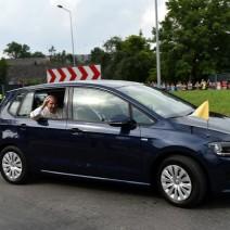 Papamobile poszły pod młotek. Licytacja aut papieża Franciszka