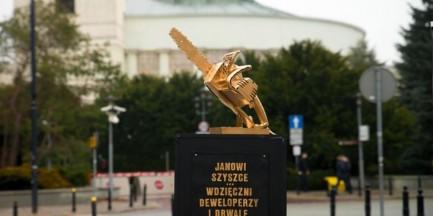 """""""Janowi Szyszce. Wdzięczni deweloperzy i drwale"""". Przed Sejmem stanął złoty pomnik"""
