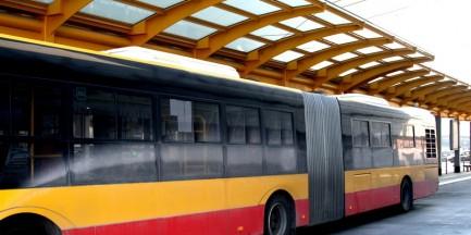 17-latek zareagował na agresję 32-latka w autobusie, dostał w twarz