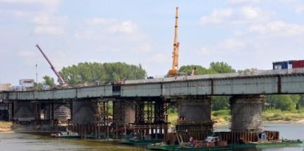 Termin oddania mostu Łazienkowskiego zagrożony? Upały nie pomagają