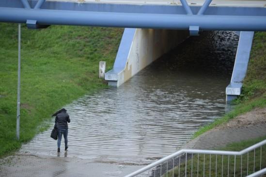 Zalany fragment S79 przy węźle Marynarska, po opadach deszczu w Warszawie Fot. PAP/Jacek Turczyk