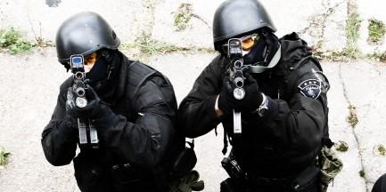 Policjanci negocjują na Pradze z nożownikiem!