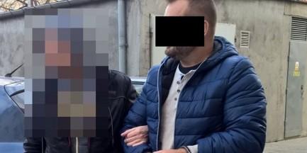 Jeden ukrył się przed policją pod stertą ubrań, drugi w kuchennej szafce [WIDEO]