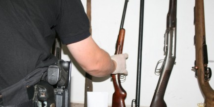Broń, amunicja, pocisk armatni i papierosy z przemytu