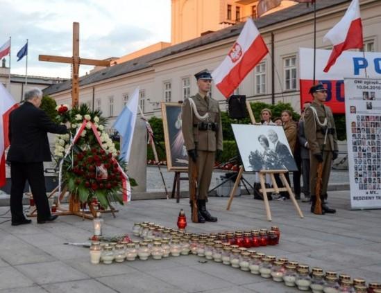 """""""Miesięcznica"""" smoleńska pod Pałacem Prezydenckim. Fot. PAP/Marcin Obara"""