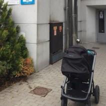 Wilanów. Ochroniarz kazał zostawić wózek z niepełnosprawnym dzieckiem przed urzędem