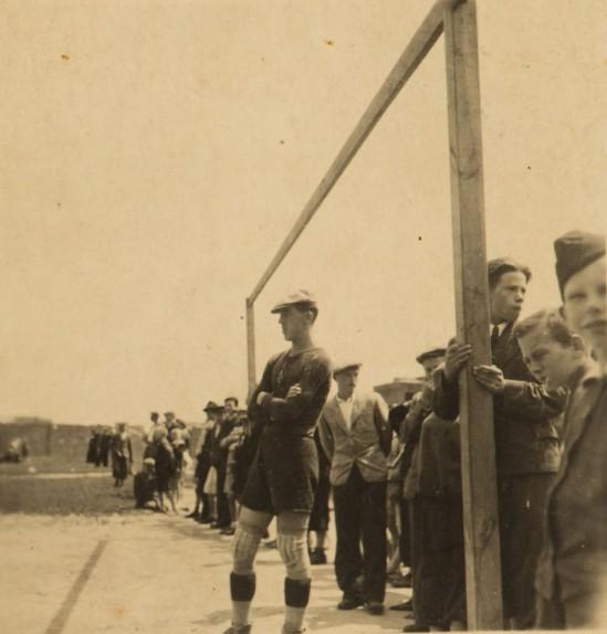 Na fotografii znajduje się Zdzisław Sosnowski, po wojnie gracz Polonii i Legii, ostatni żyjący mistrz Polski z 1946 roku. Zdjęcie pochodzi z okresu wojny - pan Zdzisław w konspiracyjnych rozgrywkach reprezentował barwy Korony.
