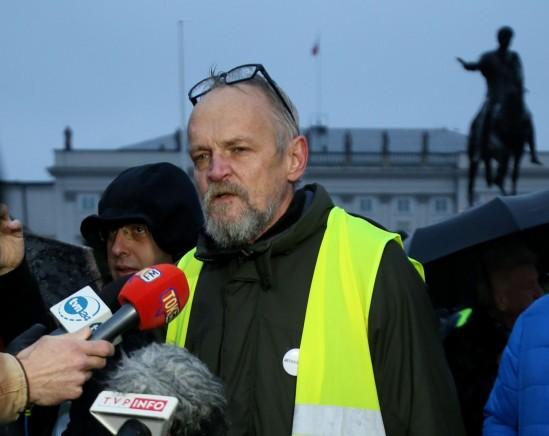 Paweł Kasprzak z inicjatywy Obywatele RP podczas konferencji prasowej przed Pałacem Prezydenckim. Fot. PAP/Leszek Szymański