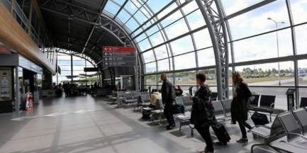 Lotnisko w Modlinie z bramką biometryczną. Zeskanuje twarz i odciski przy odprawie