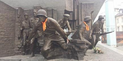 Ubrali pomniki i rzeźby w szaliki! [ZDJĘCIA]