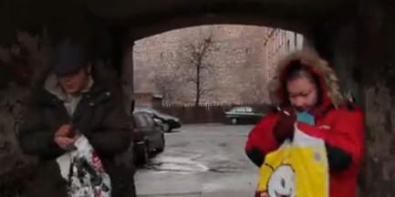 """Warszawscy bezdomni też są """"happy"""" (WIDEO)"""