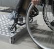 Drogowcy przesiedli się na wózki. Dostrzegli bariery osób niepełnosprawnych