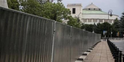Trzymetrowy płot stanie przed Sejmem? Jest decyzja