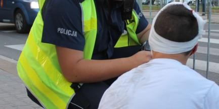 Nagi mężczyzna zranił nożem policjanta!