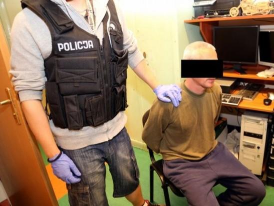 Oskrażony w rękach funkcjonariuszy. Fot. Policja